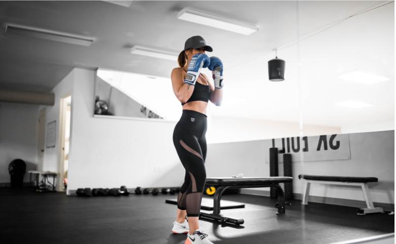 ボクシングをする女性の画像
